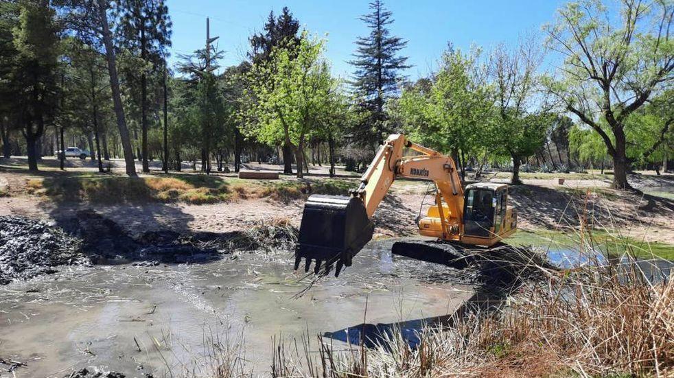La comuna está dragando la laguna del parque Mariano Moreno en San Rafael.