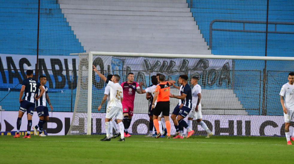 La expulsión de Fértoli, mal sancionada por Lousteau, y acto seguido penal para el empate de Racing. El arbitraje perjudicó a Talleres (Foto: Federico López Claro).