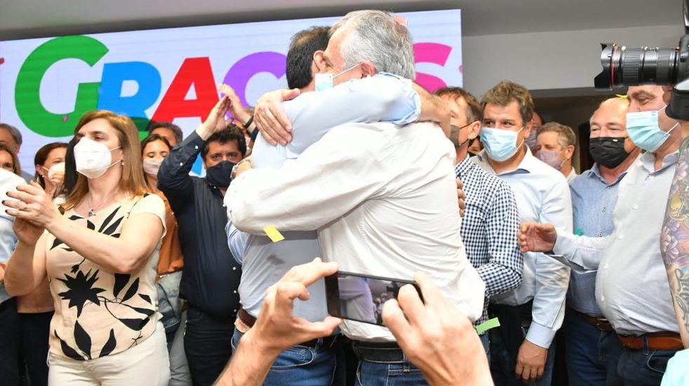 El emotivo abrazo de Morales a Valdés, por el triunfo electoral en Corrientes