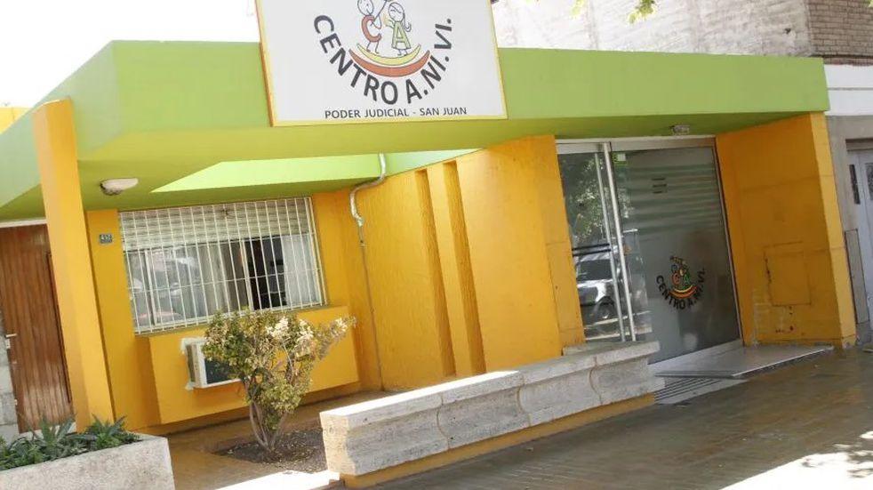 Detuvieron a una portera de una escuela sanjuanina por filmarse abusando a un menor