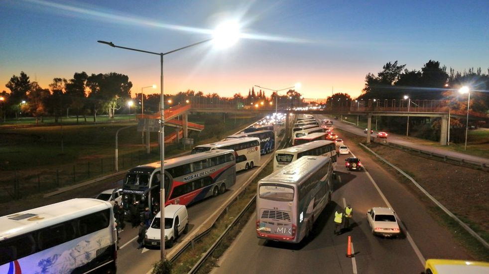 Ahora las empresas de turismo bloquearon el ingreso a la Ciudad de Mendoza