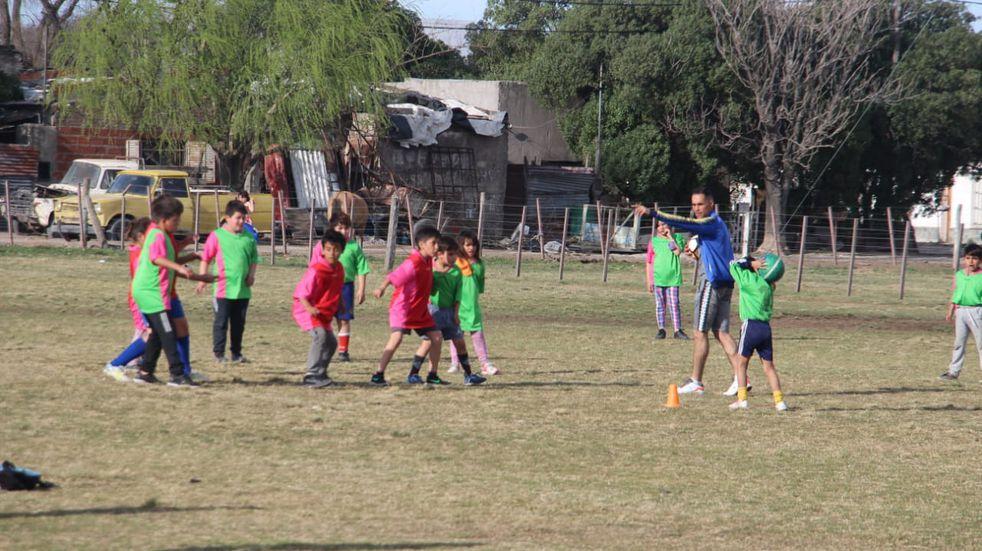 La Municipalidad entregó pintura y elementos deportivos a la Escuelita de Fútbol del Barrio Ranchos