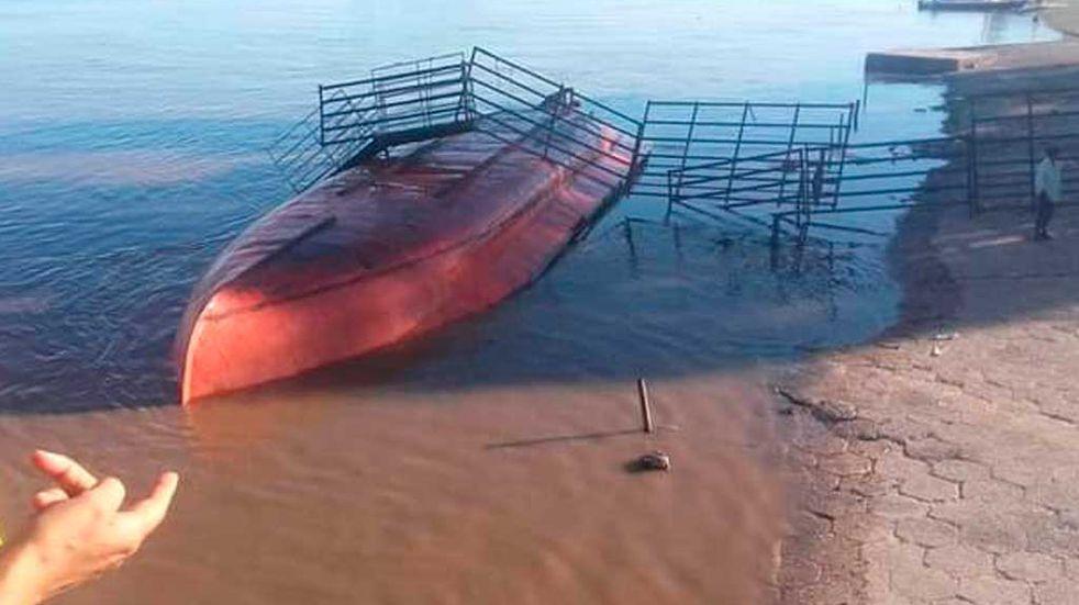 Barcaza con ganado a bordo se dio vuelta en Puerto Ruíz