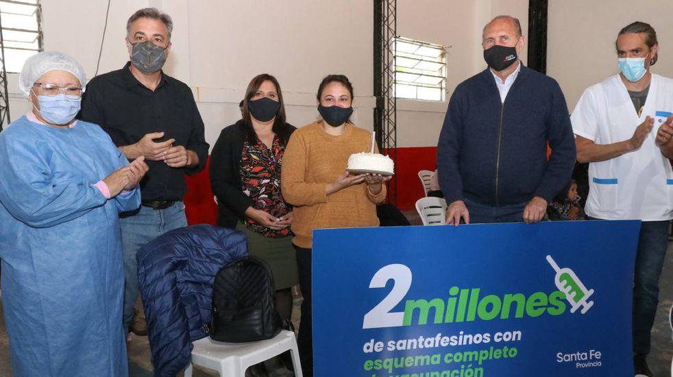 El gobernador Omar Perotti visitó su ciudad natal y saludó a la mujer que recibió la segunda dosis.