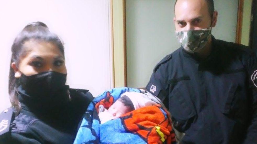 Policías de Bahía asistieron a una mujer que dio a luz a su bebé en su casa