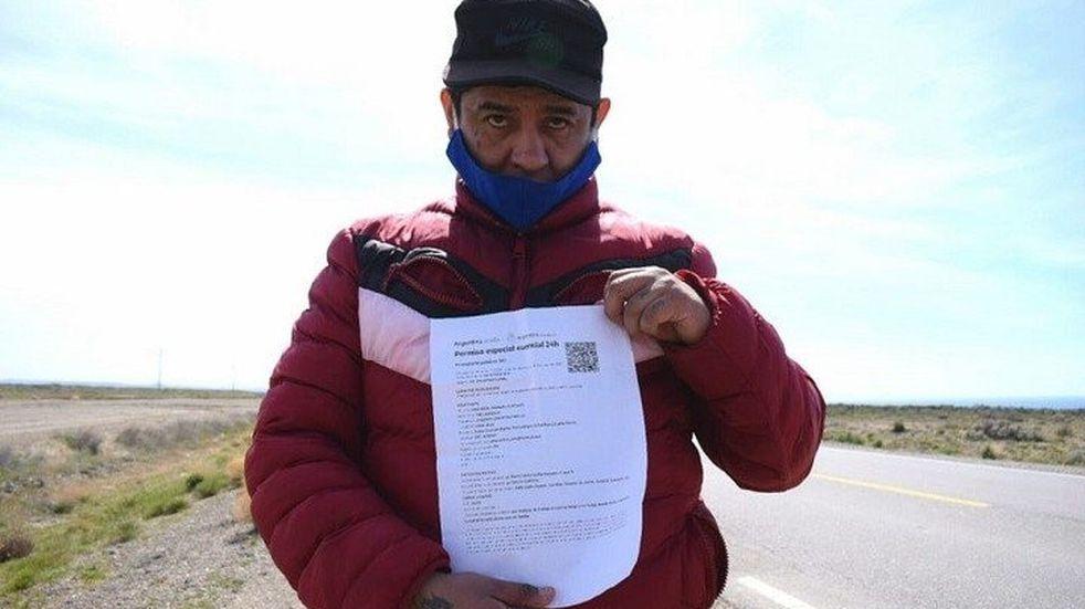 El hombre que camina de la Patagonia a su casa en Salta consiguió transporte hasta Córdoba