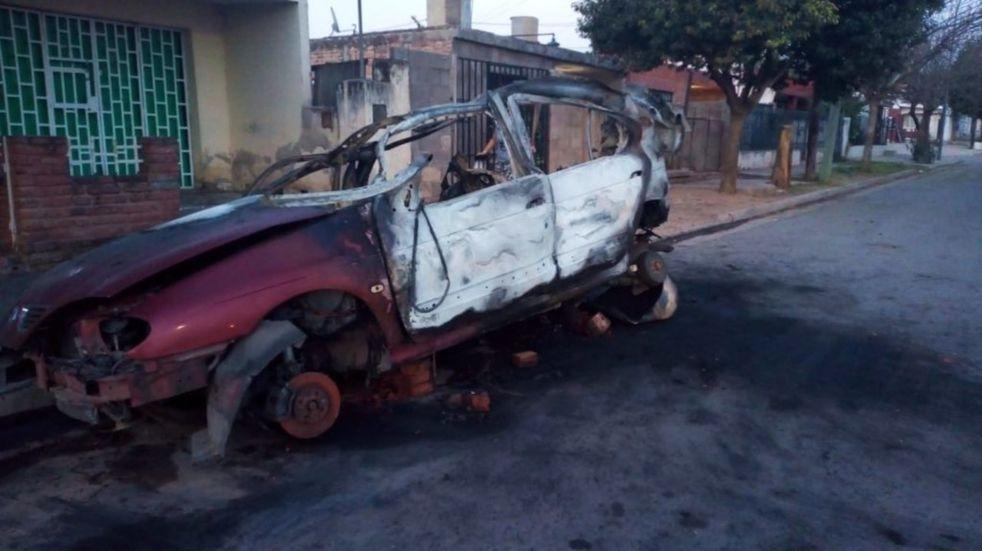 Quemacoches en Córdoba hicieron estallar un auto con GNC