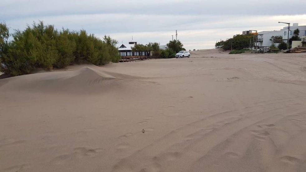 La avenida Costanera de Claromecó intransitable por la arena