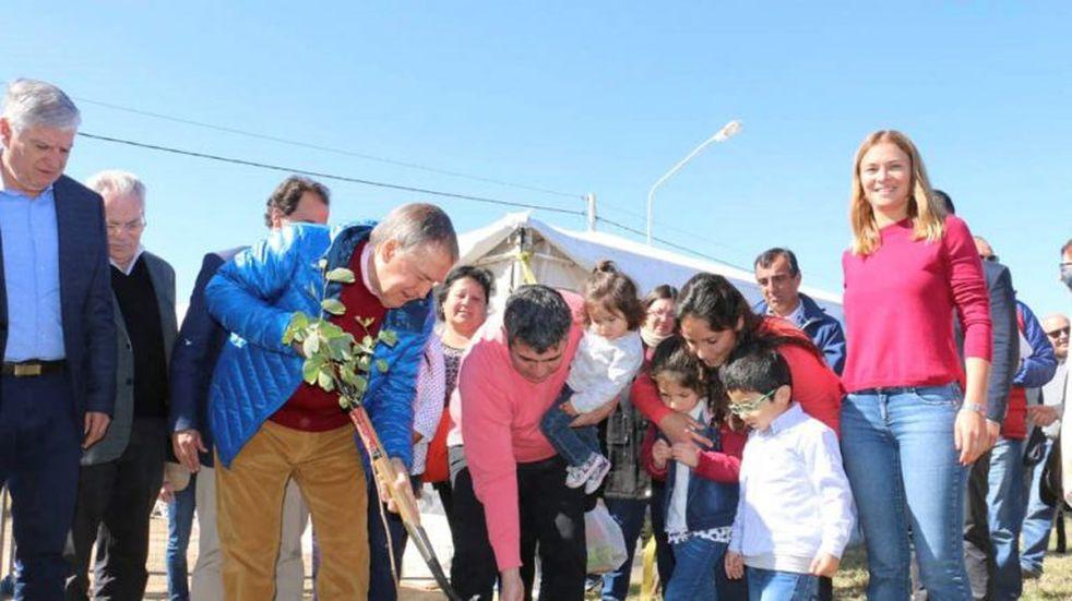 Schiaretti entregó materiales en Río Cuarto para levantar 24 casas