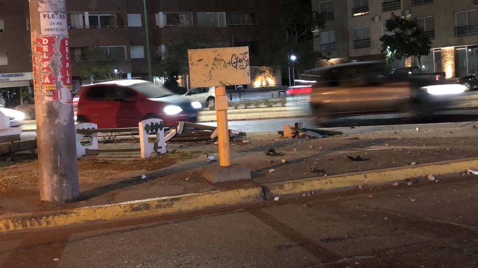 Un menor de edad conducía borracho, sin licencia y destrozó una plazoleta en el barrio Tres Cerritos