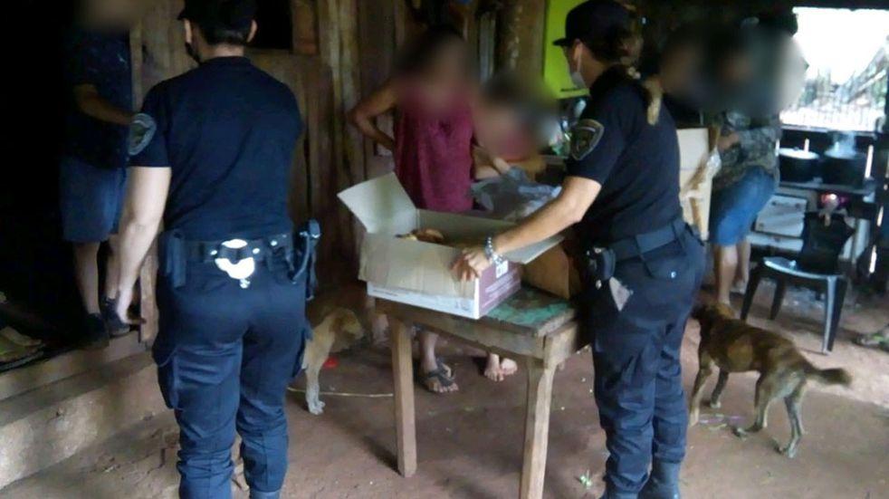 Colonia Santa Rosa: la policía asistió a una familia con donaciones