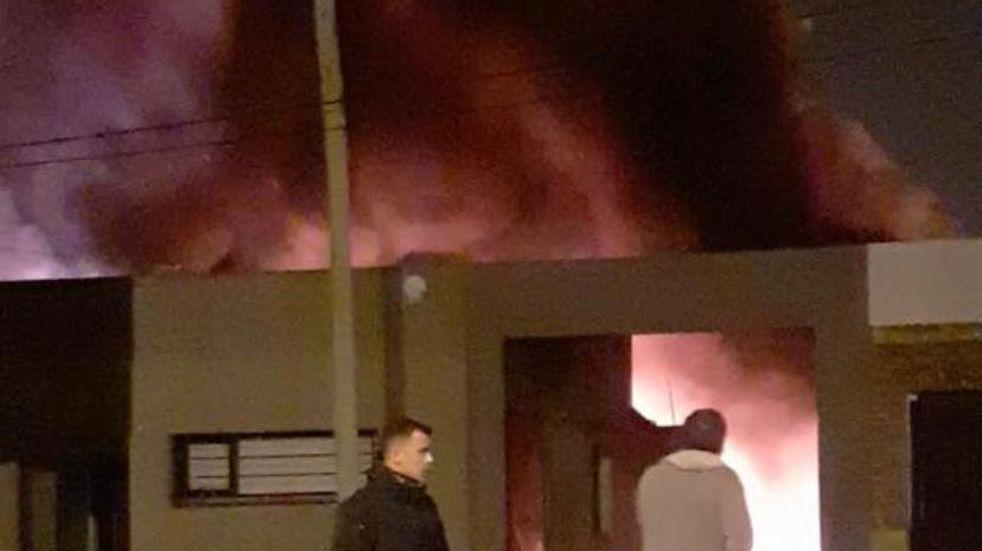 Tremendo incendio intencional afecto a 5 camiones un auto y un supermercado chino