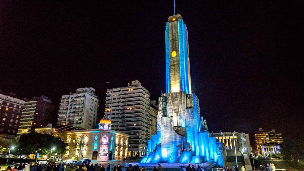 El Monumento a la Bandera ya luce una impresionante lumínica en homenaje a Manuel Balgrano