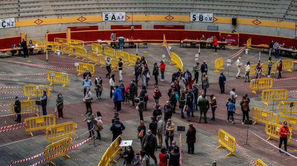 Elecciones en Madrid: largas colas para definir entre una izquierda y una derecha abroqueladas