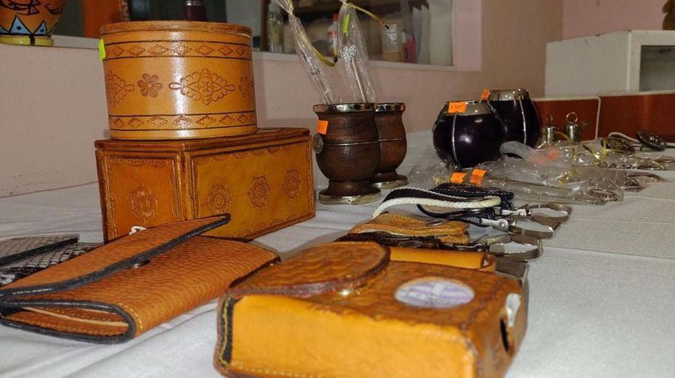 Presos salteños exponen y venden sus productos artesanales por el Día del Padre