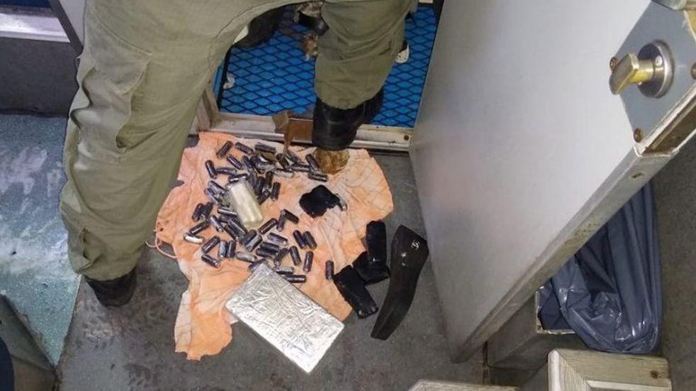 Decomisaron 2 kilos de cocaína ocultos en el baño de un micro