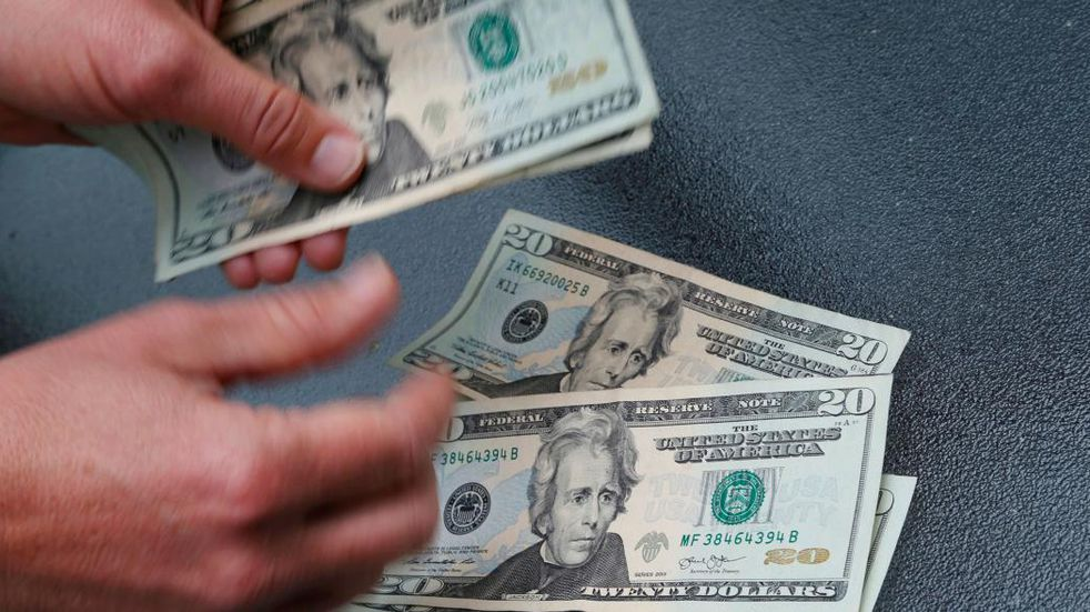 El dólar blue quebró la barrera de los $180 y alcanzó el precio más alto del año