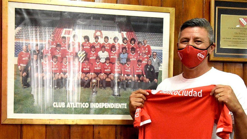Pedro Monzón dio positivo de coronavirus y es el caso número trece en Independiente