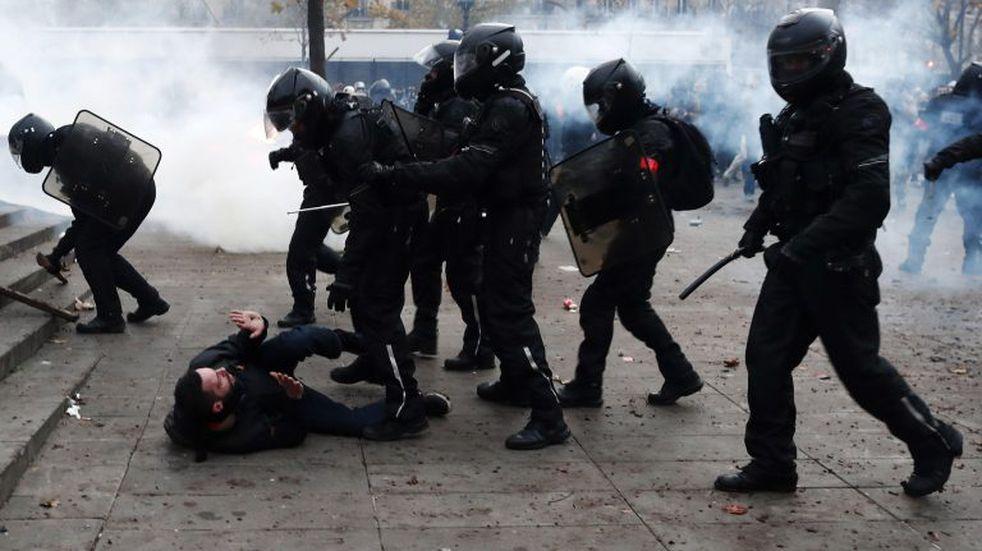 París en llamas: enfrentamientos entre policías y manifestantes durante la huelga contra la reforma de las pensiones