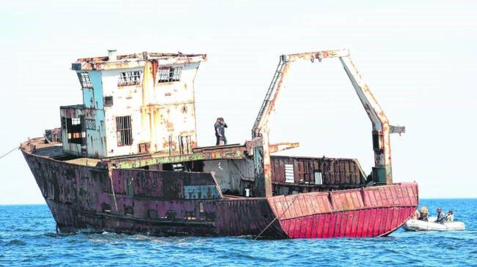 Las Grutas: hundieron un barco para sumar turismo en el balneario