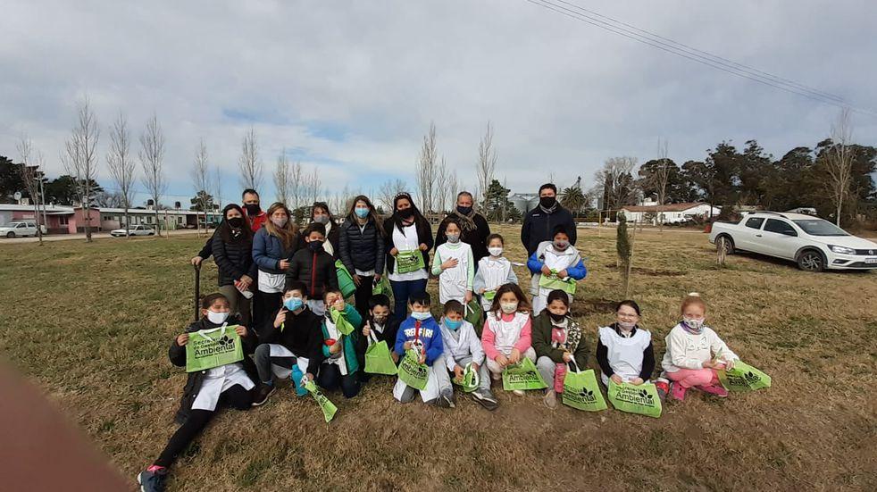 Niños de la Escuela Nº 17 de Orense plantaron pinos