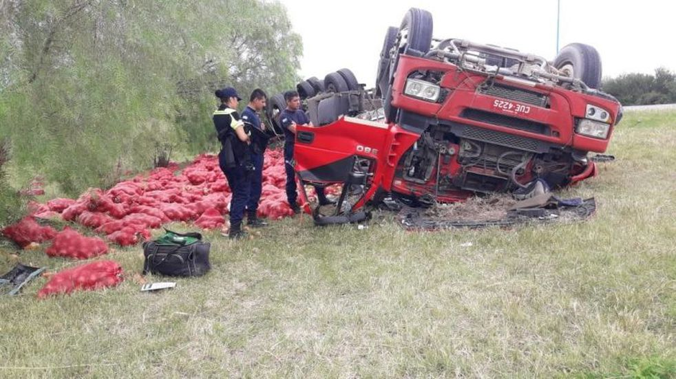 Volcó un camión cargado con cebollas