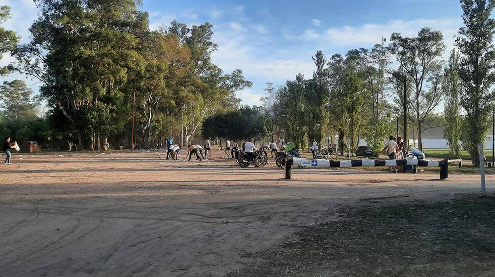 Destacable: jóvenes luego de compartir la noche en la Costanera de Arroyito limpiaron el lugar