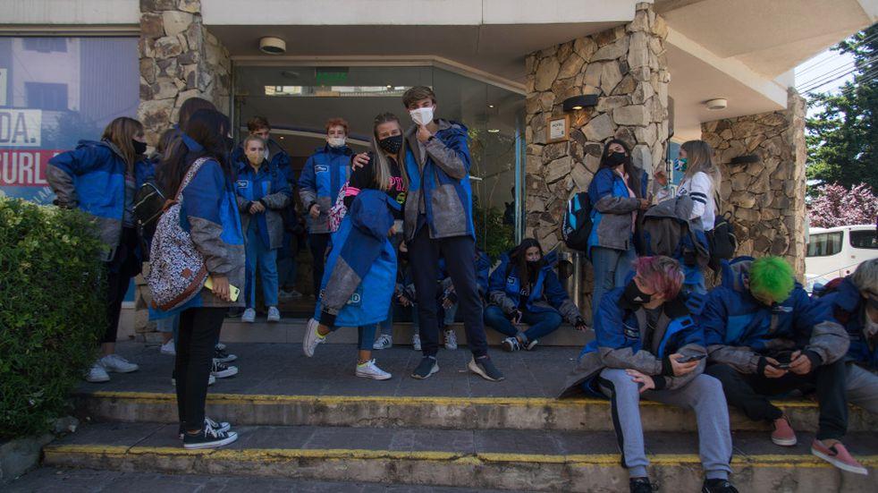 Bariloche: tiraron a un egresado del segundo piso de un hotel