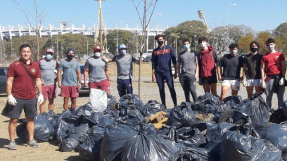Casi 100 jóvenes se reunieron a limpiar las márgenes del río Suquía en el Parque del Kempes