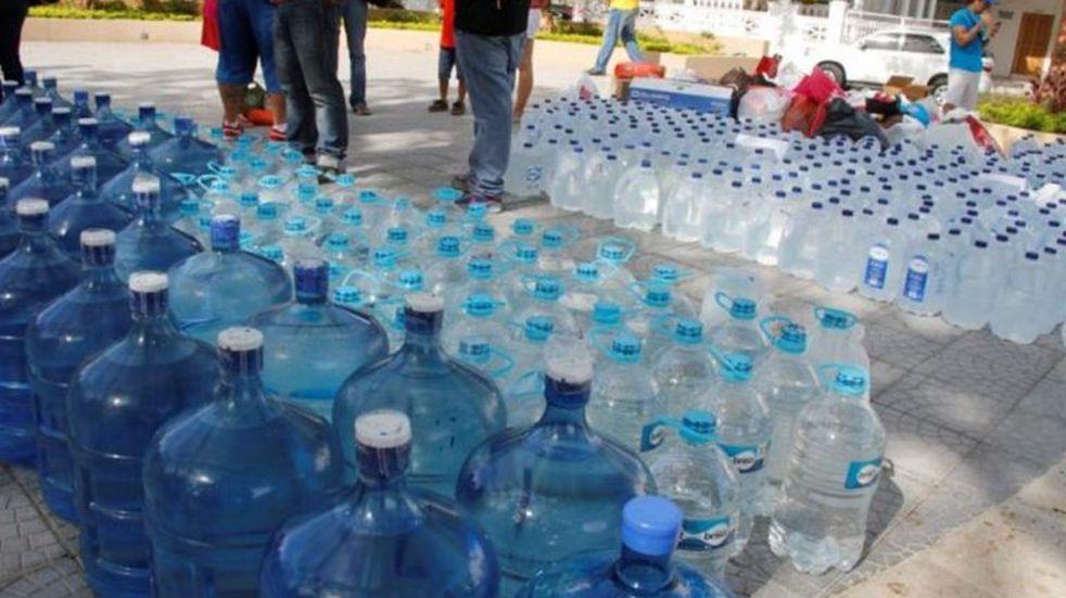Bomberos juntan agua para ayudar a los vecinos de San Luis