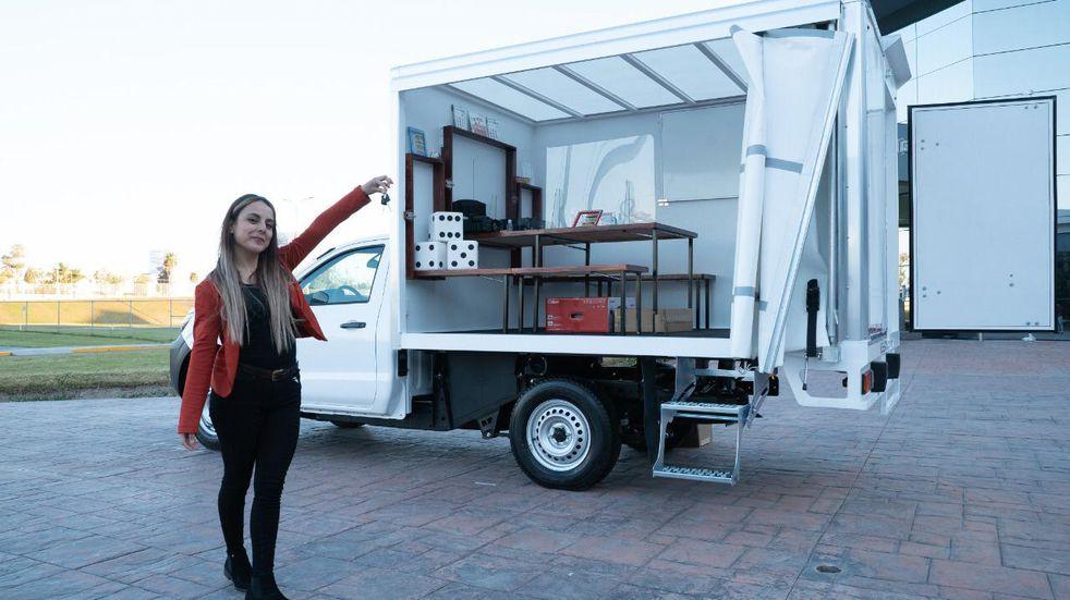 Una maestra de educación especial recibió de regalo una camioneta con 'salón de clases móvil'