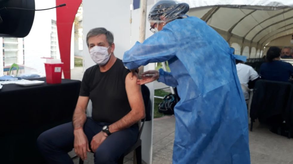 Al intendente Emilio Jatón le dieron turno y se vacunó contra el coronavirus