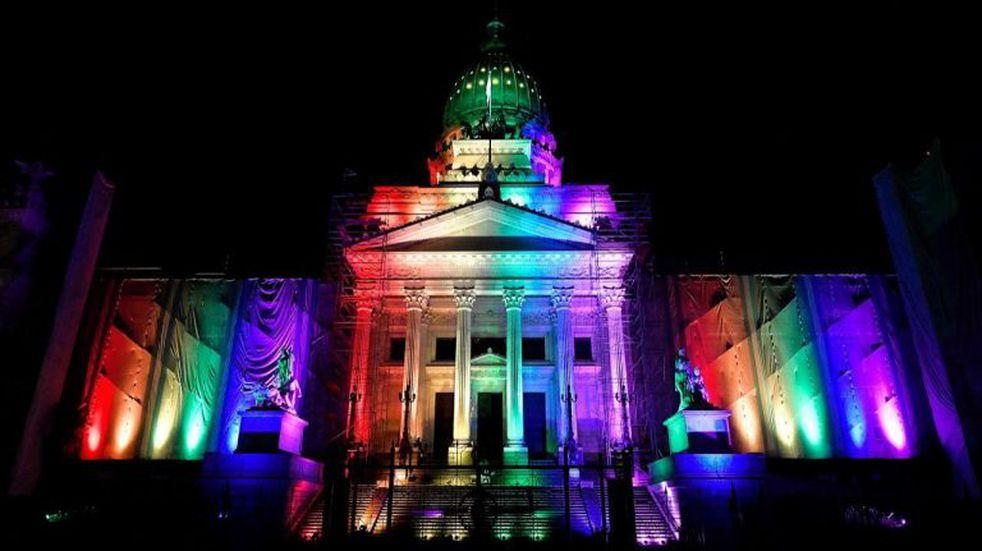 Iluminarán los monumentos porteños a 10 años de la aprobación del matrimonio igualitario