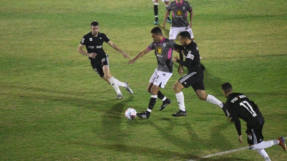 El líder Gimnasia de Mendoza igualó 1-1 con Riestra bajo un polémico arbitraje