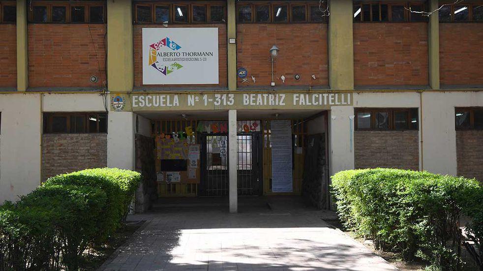Escuela de nivel primario Beatriz Falcitelli, ubicada en Mitre y Ameghino de Ciudad donde detuvieron a un celador del establecimiento educativo por un presunto abuso sexual a una alumna.