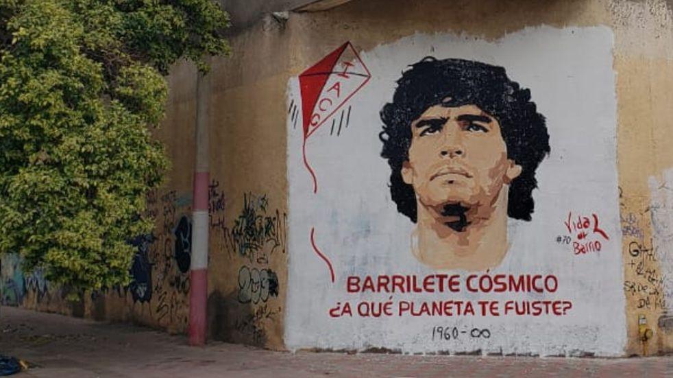 Hinchas de Instituto rinden homenaje a Diego, en Alta Córdoba.