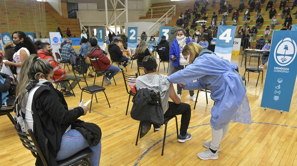 Antes del anuncio de Gobierno, cientos de jóvenes mayores de 18 años se anotaron para la vacuna en Mendoza