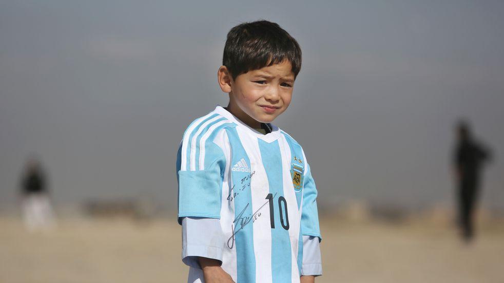 """El desesperado pedido del niño afgano que posó con Lionel Messi: """"Por favor, sálvenme de esta situación"""""""