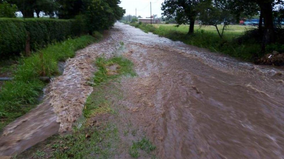 Colonia Caroya: evacuaron a cinco familias por las lluvias