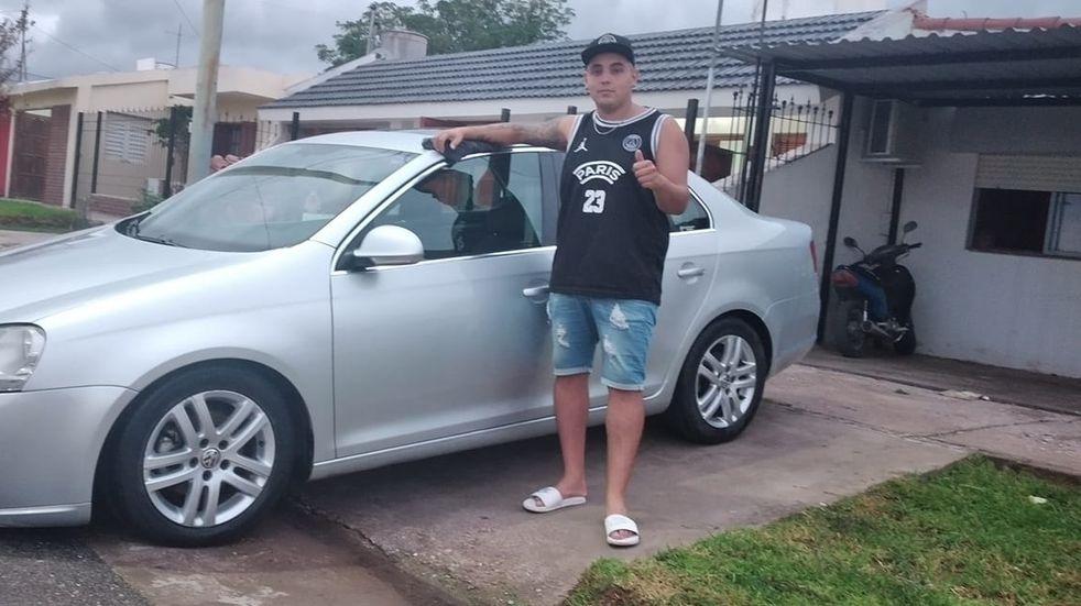 Alan Amoedo posa con su VW Vento.