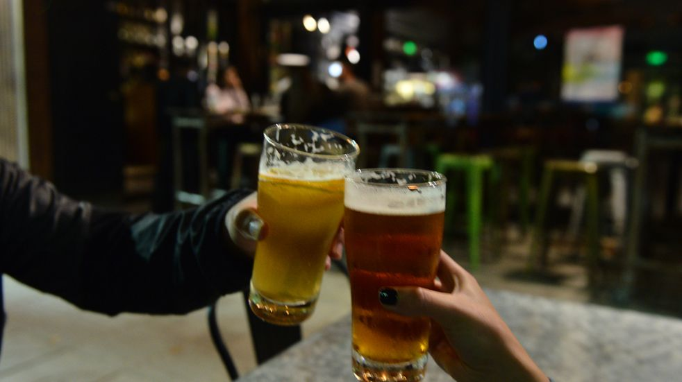Para incentivar la vacunación contra el coronavirus en los jóvenes regalan cerveza