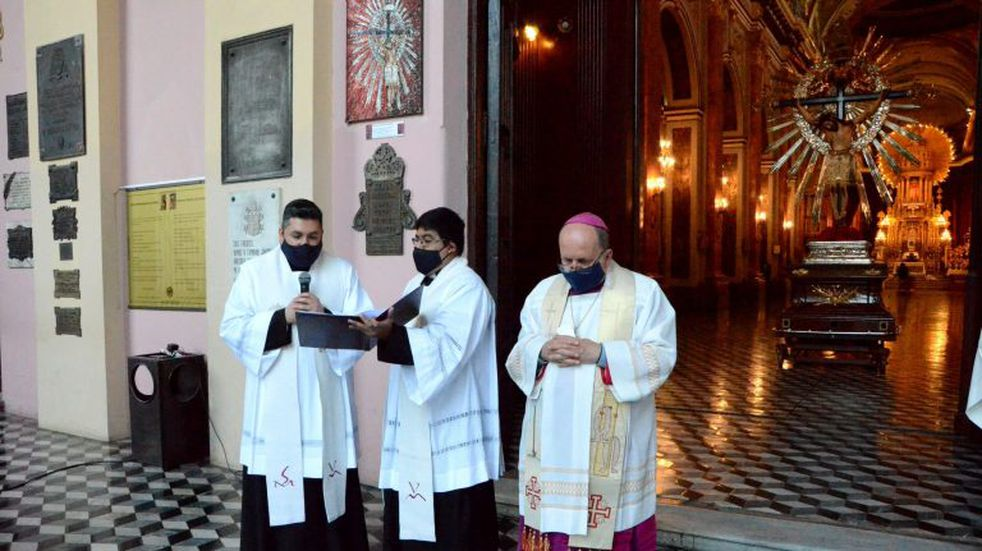 Los salteños se acercaron a orar frente a la Catedral tras un Milagro diferente