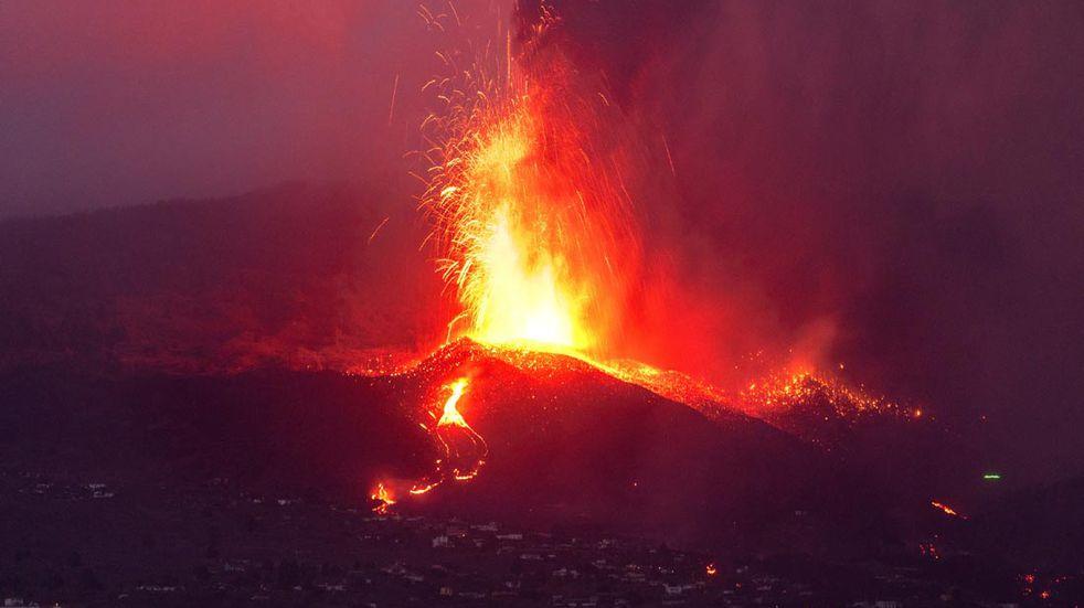 La lava de la erupción de un volcán fluye en la isla de la Palma en las Canaria. (AP)