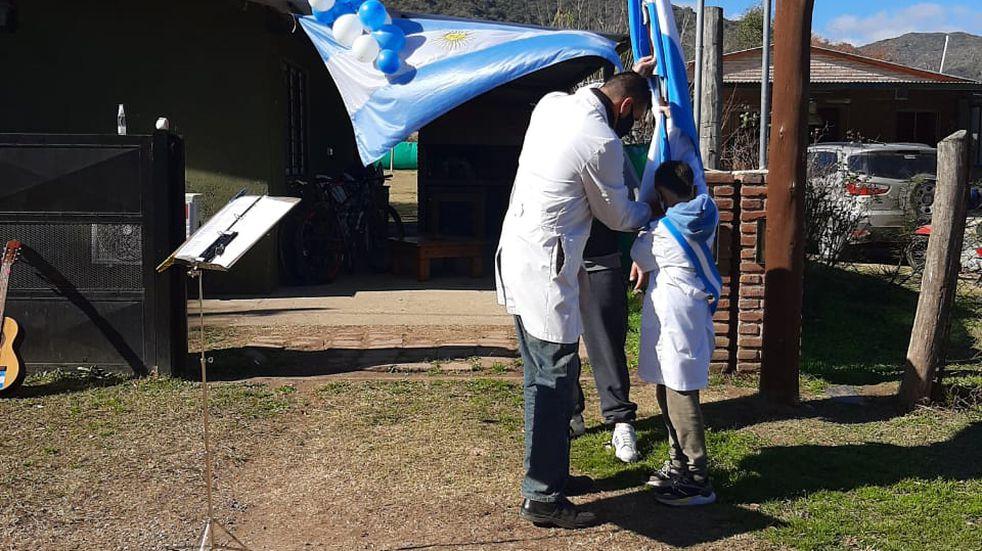Un docente visitó a 16 niños en sus casas para que juren en el Día de la Bandera