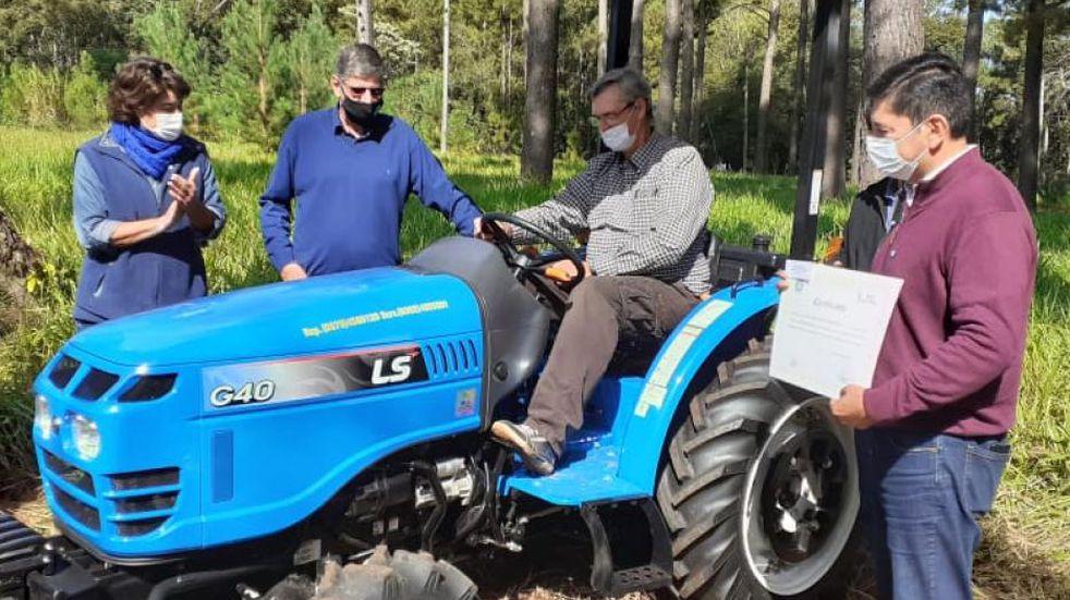 Entrega de tractores e insumos a productores de Eldorado
