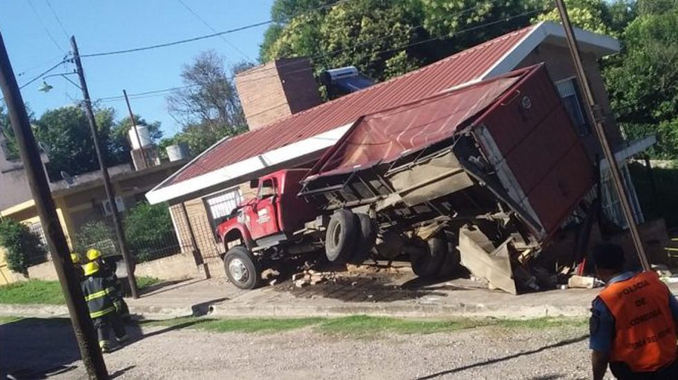 Salsipuedes: volvó un camión sobre una vivienda