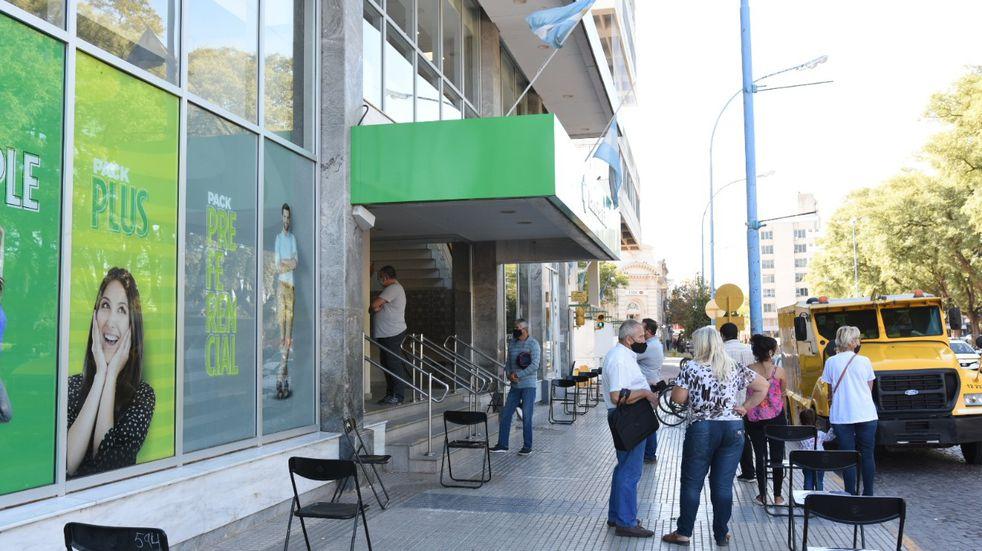 Los bancos vuelven a atender sólo a personas con turno previo