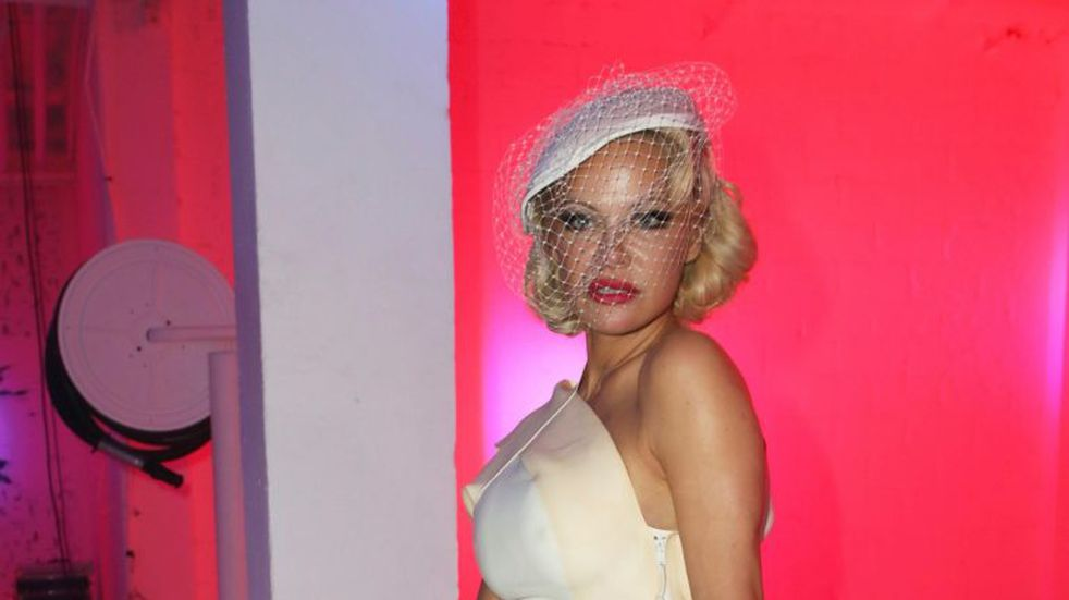 La reaparición de Pamela Anderson en un evento top con un look de los años 40