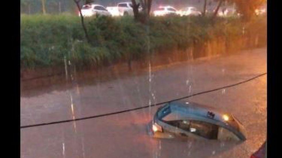 La fuerte tormenta generó inundaciones, cortes de luz y autos atascados: Tucumán sigue en alerta