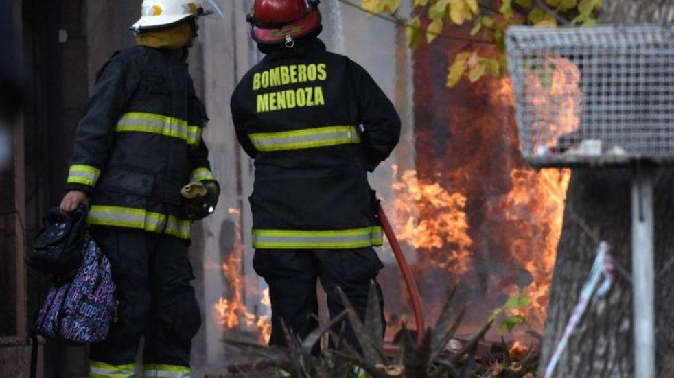 Incendio destruyó un departamento y causó daños en una propiedad vecina